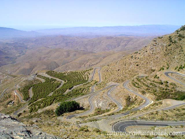 El espectacular tramo central de Velefique, lleno de curvas de herradura. Foto de la página www.ramacabici.com