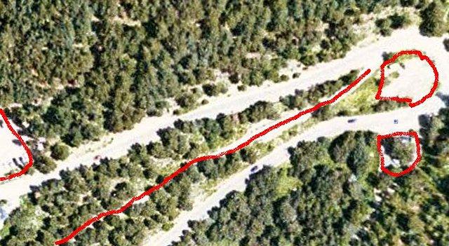 Ésta es la última recta de la subida, hay dos pequeñas explanadas a cada lado de la última herradura, y una carretera que sale justo después de ésta y que enlaza con el camino que bordea el lago, marcada en rojo también.