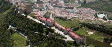 El hotel domina Jaén desde el Cerro de St.a Catalina. Click para entrar a su página. Foto de parador.es