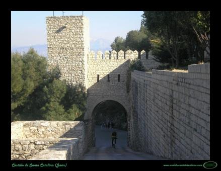 El arco que da acceso al hotel y a la meta. Una gran imagen, habitual en carreras italianas pero que sería novedosa en España.  Foto de AndaluciaCicloturismo.com