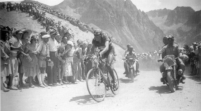 Coppi en la cima del Tourmalet. Fotografía de bikeraceinfo.com