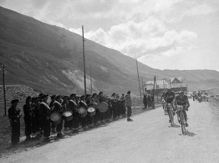 """Bartoli y Coppi liderando el grupo d ecabeza. Foto de """"El Tour de Francia en imágenes"""""""