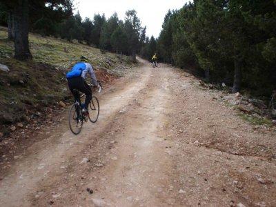 Los 1800 m de pista hasta Rasos, en el año 2006. Como se ve, eran transitables en bici de carretera. Fot ode Raül Massabé.