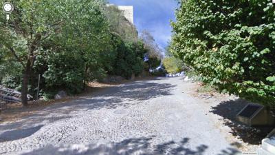Duro empedrado que da acceso a la Fortaleza de la Mota. Foto de Google Street View.