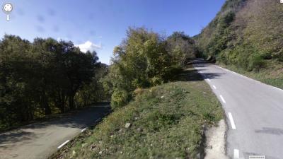 Dura curva de herradura en la vertiente de Mosqueroles, pocos km antes del cruce al Turó. De Street View.