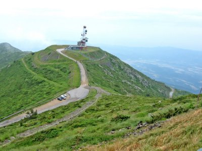 Final de la carretera y estación meteorológica del Puig Sesollés vista desde el Turó de l'Home. Foto de joan miquel en panoramio.