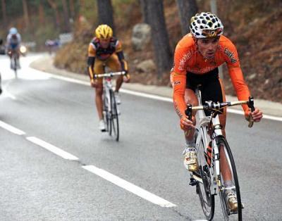 Samuel Sanchez al ataque en Navacerrada, perseguido por Valverde y Mosquera, en La Vuelta 2009. Foto de LaVuelta.com.