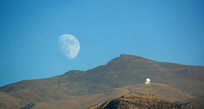 El IRAM, el Pico Veleta y la luna. Foto de A. Porcel.