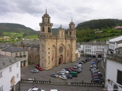 Por la Catedral de Mondoñedo pasa el precioso repecho empedrado final. De Catedrales.info