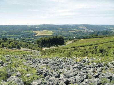 Vista de la carretera a su paso por el Pedregal de Irimia, donde nace el Miño, a unos 2 km de meta. Foto de Tere Gradín.