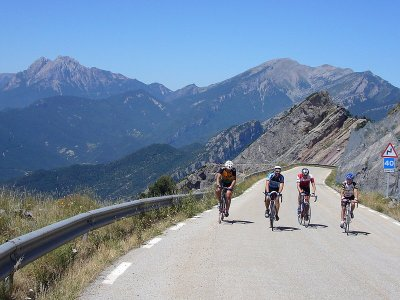 Cicloturistas en el km 11 del Coll de Pal, zona del  Pas de la Devesa. Foto de Raül Massabé.