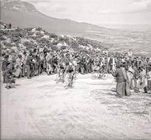 El Puerto de Herrera en 1958, con Loroño al fondo. Nótese el estado de la carretera/camino. Foto de  Paco González Untoria.