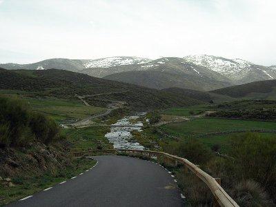 La carretera de Navacepeda a la Plataforma tiene tramos espectaculares. Fot ode Gorgonio en el Foro APM.